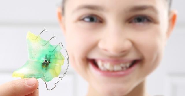 Orthodontie 96 Choisy le Roi: Enfant souriant apres traitement avec appareils orthodontiques